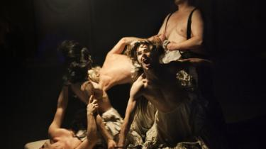 Katrine Wiedemann griber sikkert fat om Macbeth ved at gøre heksene til ludere for den hjemvendte sejrherre. Men grebet om følelserne kniber det med.