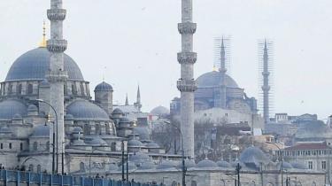 Europa møder Asien i Tyrkiets største by, Istanbul. Der er også to vidtforskellige verdner i det tyrkiske militær, som ikke er en homogen størrelse. Der er grupper, som respekterer demokratiet, og der er tilsyneladende kliker, der leger med tanken om et militært kup - så helt enkelt er det ikke, skriver dagens kronikør.
