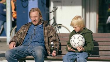 Som en lang række andre, nyere danske film handler Thomas Vinterbergs 'Submarino', der har premiere i dag, om en verden befolket af alkoholikere, stofmisbrugere og kriminelle. Men gør filmene os klogere på de socialt udstødte, eller handler det blot om, at de er godt, dramatisk stof?