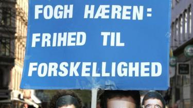 Unge venstrefløjsaktivister lavede ironiske demonstrationer under Fogh som svar på hans rigide værdipolitik. Venstrefløjen bør definere sig på ny, mener kronikørerne.