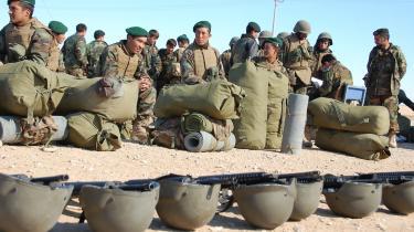 Afghanske rekrutter stiller til tjeneste i Camp Shoborak, hvor danske officerer uddanner afghanske ledere. De danske politikere er uenige om, hvornår de afghanske styrker skal overdrages ansvaret for sikkerheden i Helmand-provinsen.