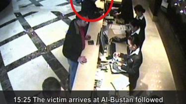 På dette stillbillede fra et overvågningskamera ses Hamas-lederen Mahmud al-Mabhouh, der checker ind på et hotel i Dubai dagen før han blev likvideret den 20. februar 2010 - angiveligt af agenter fra Mossad, der brugte falske pas fra europæiske statsborgere, heraf størstedelen britiske. Mossad har også i 1980'erne krænket britisk suverænitet, og det britiske udenrigsministerium har i forlængelse af pasforfalskningerne direkte anklaget Israel for igen at have ageret ulovligt og uden om de britiske myndigheder.
