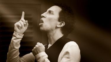 Ernesto Piga Carbone har alle rollerne i  Carsten Jensens stykke, 'En dag i Helmand', på Bornholms Teater. Presse