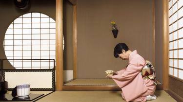 I Japan kom konen i huset med teen, som hun serverede kravlende på knæene. Der var det vanskeligt at tale ligestilling, mener kronikøren.
