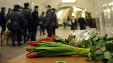 Der blev lagt blomster ud i Moskvas metro efter et blodigt selvmordsangreb ved to stationer i går.