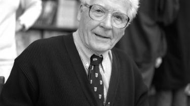 Under krig og klimaforandringer bør autoriteter tage styring. Vi har ikke brug for, at alle skal til orde, før vi kan handle, siger den 90-årige forsker bag Gaia-teorien, James Lovelock.