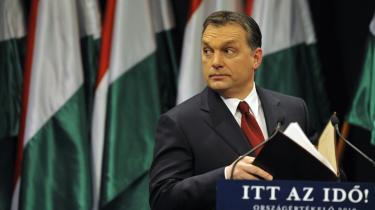 Den spåede vinder af Ungarns valg på søndag, partiet Fidesz' leder Viktor Orbán, efterligner landets statsoverhoved fra 1956 til 1988, János Kádár, i både sprog, vittigheder og kropssprog. 'Det er helt spøgelsesagtigt, men folk jubler, fordi de opfatter ham som en faderfigur,' lyder det fra essayist og litteraturkritiker László F. Földényi.