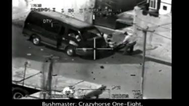 Optagelser fra en amerikansk apache-kamphelikopter øjeblikke før den åbner ild mod en varevogn - med blandt andet to børn (i vinduet på billedet) - hvis passagerer prøver at redde en ubevæbnet fotograf, amerikanske styrker har skudt. De amerikanske myndigheder mørklagde hændelsen, og de sande omstændigheder er først kommet frem, efter at websitet WikiLeaks.org i samarbejde med 'whistleblowers' inden for militæret har lagt videoen frem.