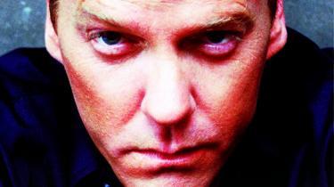 Hårdtslående. Det plejer at være omvendt - at fiktion bliver inspireret af virkeligheden. Men tv-serien '24 timer' med agent Jack Bauer som motor har inspireret til torturmetoder i den amerikanske hær.