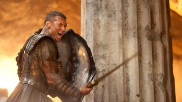 Clash of the Titanser en genindspilning af et knap 30 år gammelt sværd- og sandal-drama, hvori menneskene drager i kamp mod guderne. Dog med den afgørende forskel, at 2010-udgaven udover at være i 3D også er en komedie...