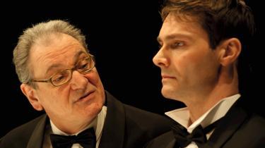 Kærlig far og lyttende søn? Eller voldtægtsfar og psykotisk søn? Vendsyssel Teater skaber en følelsesintens fortolkning af 'Festen', netop ved at spille på det tilsyneladende almindelige.