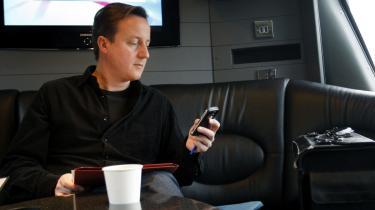 Den konservative leder David Cameron forsøger sig bl.a. med en række videobeskeder i valg-kampen, og så er han ufrivillig hovedperson på satiriske online-valgplakater, som Labour-tilhængere står bag.