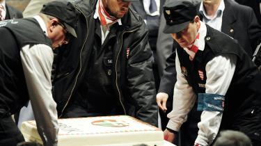 Medlemmer af Den Ungarske Garde fejrer med en stor kage det højreradikale parti Jobbiks gode resultat ved valget i Ungarn søndag. Jobbik rekrutterer blandt andet medlemmer gennem Den Ungarske Garde, der i symboler og retorik minder meget om 1930'ernes fascister