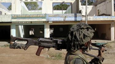 Mange tamiler er vendt tilbage til deres tidligere hovedstad, Kilinochchi. Men byen er stadig en ruindynge, efter at Sri Lankas hær i maj sidste år udraderede oprørshæren De Tamilske Tigre.