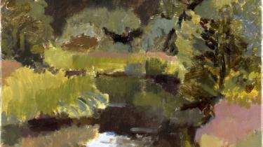 Åer og træer bugter sig nydeligt på dronningens landskabs-malerier, her med brede, transparente strøg fra 1993. Men det er hendes sagamalerier, der brænder igennem - og hendes découpager, der får folk til at standse op og snakke.