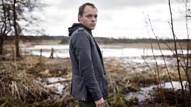 Skam. Med sin nye roman står Morten Ramsland ved de udannede følelser og den primitive adfærd, som er en del af bagagen for enhver, der har prøvet at være 11 år. Og det er hårdt at eksponere, fordi det er ting, vi normalt skammer os over som voksne, siger han.