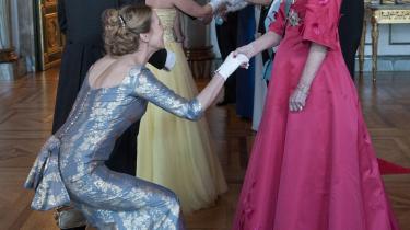 Dronning Margrethe gav hånd til mindst 350 nejende og bukkende undersåtter ved festmiddagen tirsdag aften på Christiansborg i anledning af hendes 70-års dag i dag.