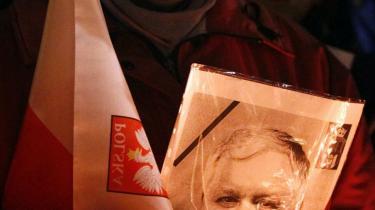 Lech Kaczynski var en kontroversiel politiker. Den mand, som ved sin død synes at have forenet nationen, var, mens han var i live, god til netop at splitte den.   På billedet ses en kvinde med et foto af Kaczynski. Hun var sammen med andre Krakow-borgere forsamlet   i den forgangne uge for   at mindes de døde efter flyulykken i Smolensk.