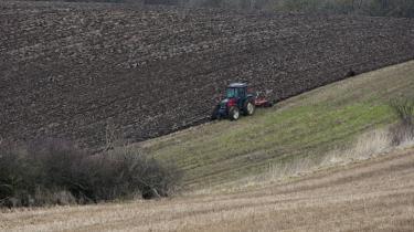 I dag skylder de godt 14.000 landmænd omkring 350 milliarder kr. væk. En betydelig del skylder allerede flere penge væk, end de ejer.
