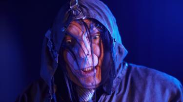 Kan mærkelighed smitte? Sådan spørger drengen i Team Teatrets foruroligende stykke 'Mærkelig'. Her er det den frygtindgydende Oliemand, der bor nede bag ved skolen - og som smitter ...
