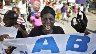 Der er en stigende opfattelse af, at den internationale hjælp går til landets veluddannede elite. Det øger de politiske spændinger i Haiti.