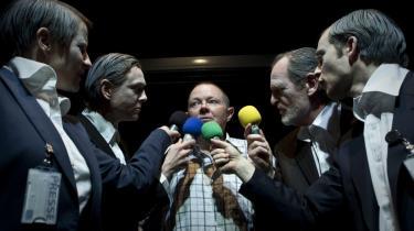 Jesper Asholt ( i midten) giver dirrende albuer til portrættet af den tilstående Frank Grevil. Men forestillingen slutter, når portrættet begynder at blive interessant. På billedet - til højre Camilla Lohmann og Charlotte Fich. Til venstre Claus Flygare og Laus Høybye.