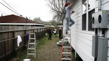 Unge studerende fra andre dele af USA bruger deres forårsferie på at genopbygge huse for fattige familier i New Orleans. Et projekt, der er nødvendigt her fem år efter orkanen Katrina.