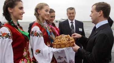 Den russiske præsident Dimitri Medvedev smager på et ukrainsk brød til en velkomstceremoni under besøget i Ukraine.