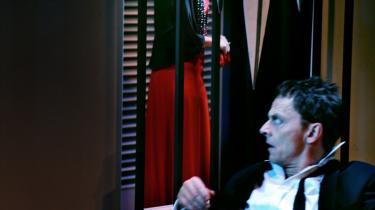 Olaf Johannessen som uhyggelig liderligheds°©bureaukrat og Benedikte Hansen som traumatiseret medf©™lgende hustru i den pr©°cise u-landsforestilling   °ØR©™dt og gr©™nt°Ø.