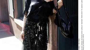 Courtney Love lever et liv fyldt med myter, sladder, stoffer og ballade - af den slags stjerner er lavet af. I mange år har det været én lang nedtur professionelt og privat, men nu forsøger et af 90'ernes ultimative rockikoner sig igen. Det er muligheden for et musikalsk comeback, men det er sandsynligvis bare endnu et afsnit i det bizarre freakshow, der de seneste år har præget hendes liv