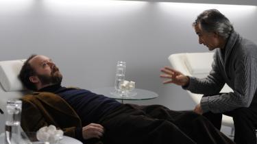 Præstation. Instruktøren af 'Cold Souls' har fortalt, at hun oprindeligt forestillede sig Woody Allen i hovedrollen til hendes fortælling, som minder om tidligere Charlie Kaufmanske fortælletrip. Men heldigvis gør Paul Giamatti det fremragende.