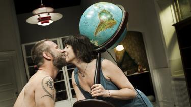 Lotte Andersen kan bære hele verden på skuldrene, da hun møder kærligheden og Allan Klies livskloge dranker i Teater Grobs charmebrag 'Lykke Bjørn'.