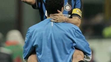 Bæredygtig. Anfører for milanesiske Inter, højre backen Javier Zanetti, løber stadig som en 20-årig, men spiller med en veterans myndighed, viser sig at være en bæredygtig langtidsinvestering. Her sammen med holdkammeraten Paolo Orlandoni.