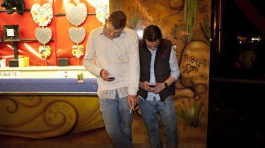 Mens udkantsdanmark bliver affolket, og særligt de unge forsvinder, vender ungdommen på Lolland faktisk tilbage til Døllefjelde-Musse Marked, hvor mange lokale mødes og lærer hinanden at kende på måder, hverdagen ikke normalt åbner mulighed for.