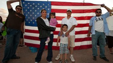 De amerikanske grænsestater er fyldt med både illegale immigranter og folk med latinamerikansk baggrund, og mange af disse mødte i weekenden op for at demonstrere mod nye love i delstaten Arizona, som i realiteten gør det muligt for politiet at kræve ID fra folk udelukkende på basis af deres udseende. Et træk, der ifølge mange observatører strider imod USA's mest grundlæggende liberale regler.