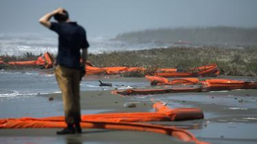 En tv-reporter ser på oliebarrierer, der er skyllet i land ved byen Venice i Louisiana. Vindforholdene hindrede mandag, at oliepølen ramte større landområder i de fire udsatte kyststater, hvor der mange steder er erklæret undtagelsestilstand. Med den fortsatte udstrømning er det imidlertid kun et spørgsmål om tid, før olien for alvor vil kunne ses på kysten og mærkes i luften i regionen.   Imens beredskabet i syd blev optrappet, steg olieprisen på børsen i New York til godt 86 dollar pr. tønde ved udsigten til, at olieforsyningerne kan blive knappere på grund af ulykken. Også priserne på fisk og skaldyr fra Den Mexicanske Golf ventes at gå op. BP hyrer i øjeblikket lokale fiskere og fiskerbåde ramt af fiskeforbud til at deltage i oprensningen.