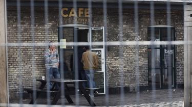 Café Dugnad er et værested for Vesterbros narkomaner og andre misbrugere. Nu har Københavns Kommune sat et metalhegn op mellem værestedet og den mere strømlinede café for brunchfolket, der ligger lige overfor.