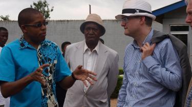 Udviklingsministeren besøger Shambani mejeri i Morogoro, der er startet af studerende fra Sokoine landbrugsuniversitet og med støtte fra bl.a. Danida. Under sit Tanzania-besøg har Pind igen understreget, at regeringen i fremtiden vil lægge vægt på at støtte privatsektoren i de lande, Danmark giver bistand til.