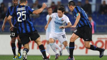 Angreb. Lazios argentiske angriber Mauro Zárate, kæmper sig vej gennem Inters forsvar - en af de få indsatser, der var værd at skrive hjem om efter opgøret i Rom.