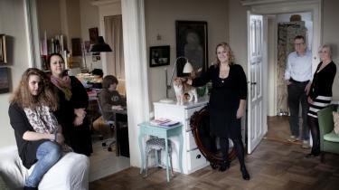 Familien. Tre generationer bor sammen lejligheden i København. Dog har de hver deres afdeling med egen indgang. Fra venstre er det datteren Rosamunde, mor Katrine og sønnen Roberto. Derefter søster Maria og bedstemor Gitte og hendes kæreste Børge Jensen.