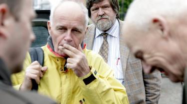 Journalist Jørgen Dragsdahl (i baggrunden) vandt i går ved retten i Svendborg injuriesagen mod professor Bent Jensen i koldkrigssagen. Jyllands-Posten går fri.