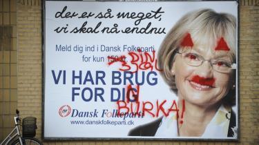 Dansk Folkepartis formand, Pia Kjærsgaard, bliver alle steder - i ord og billeder - portrætteret som ondskaben selv. Hun er blevet fremstillet som bl.a. heks, hjerneorm, monster, snavs, stinkende uhyre og rotte. På billedet ses hun på en overtegnet valgplakat i det offentlige rum, men det er først og fremmest medierne og kultureliten, der fører en heksejagt på partiformanden, skriver dagens kronikør.