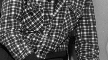 Viggo Clausen. °ØSom Informations teater°©anmelder blev Viggo Clausen ikke drevet af det, man hyggeligt kalder k©°rlighed til teatret, men af en sk?nselsl©™s sans for og krav om ©°gthed i den enkelte forestilling og den enkelte pr©°station,°Ø skriver Niels Barfoed. Arkivfoto fra 1952.