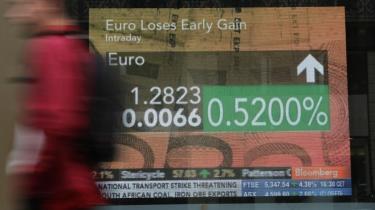 En mand passerer en skærm på gaden i Paris, der konstaterer, at euroen er faldet i værdi igen. Eurozonens enorme hjælpepakke i sidste uge på 5.500 mia. kr. gav en svag stigning i valutaens kurs, men den globale økonomi kan stadig køre af sporet.