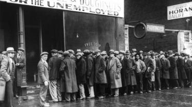Det er for tidligt at feste og tro, at ulykken er afværget, for den økonomiske krise er blot trådt ind i en ny fase: De uløste problemer med eurolandenes krise og uhyrlige gæld vækker foruroligende mindelser om de økonomiske lidelser under depressionen i 1930'erne, hvor  mange landes politik blev ændret til det værre, siger den økonomiske redaktør på Newsweek