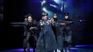 De sorte randes mænd står sammen i Anja Vang Kraghs raffinerede Dylan-uniformer i Århus Teaters suggererende teaterkoncert. Her Ashok Peter Pramanik, Claus Hempler, Ole Thestrup, Bjørn Fjæstad og Jacob Madsen Kvols i et mørkt øjeblik.
