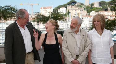 Instruktør Mike Leigh (nr. to fra højre) sammen med skuespillerne Jim Broadbent (t.v.), Lesley Manville og Ruth Sheen (t.h.).