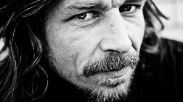 Karl Ove Knausgård har villet komme tæt på den virkelige verden i sit seks bind store, sårbare værk, 'Min kamp', der har farens død som omdrejningspunkt - og gåde. 'Når man ser et menneske blive til en ting, tvinges man til at tænke over, hvad det består af,' siger han om bøgerne, der har vakt voldsom debat i Norge