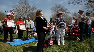 Det vrede Amerika. Tea Party-bevægelsen - her ved en af forårets demonstrationer mod sundheds-reformen - afspejler en vrede, skuffelse og bekymring, som ikke nødvendigvis tilhører venstre eller højre, men som de højreorienterede demagoger har taget til sig og søgt at styre, siger Craig Calhoun.