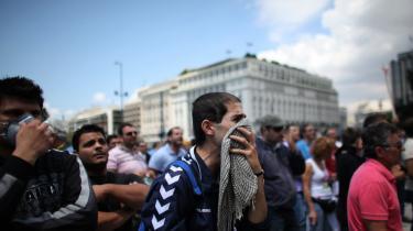 Grækerne protesterede for nyligt uden for landets parlament imod den voldsomme spareplan, som et kæmpe underskud på statsbudgettet har tvunget den græske regering til at gennemføre. Samtidig har Grækenland netop modtaget   14,5 milliarder euro som første del af EU's redningspakke.